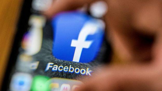 Logo de Facebook amplificado en un celular.