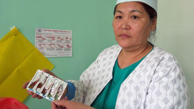 Esta enfermera prepara morfina para un paciente.