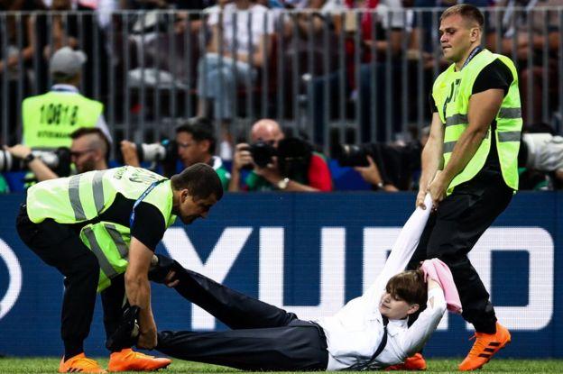 Una mujer irrumpe en la final de fútbol del Mundial de Rusia 2018.