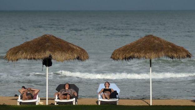 Turistas relajados en una playa en Sri Lanka