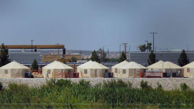 El gobierno de EE.UU. instaló centros de detención temporales para niños migrantes en semanas recientes, como este en Tornillo, Texas.