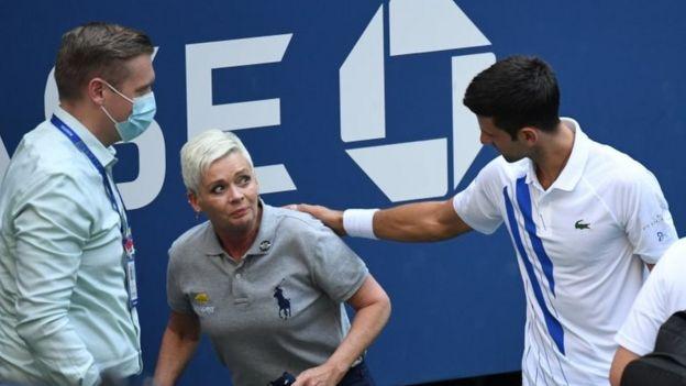 Djokovic con la jueza de línea.