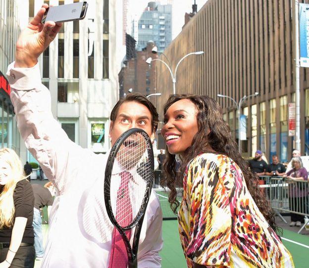 Venus Williams tomándose una selfie con un presentador de televisión.