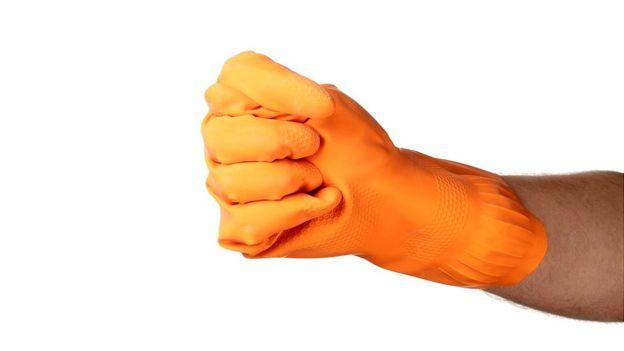 Mano con guante de goma haciendo gesto