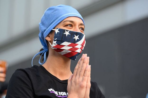 Американка аплодирует медикам