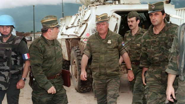 Ratko Mladic junto a otros militares