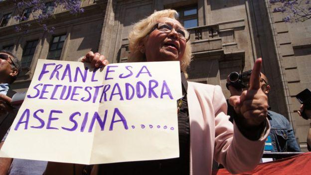Manifestantes contra la liberación de Florence Cassez