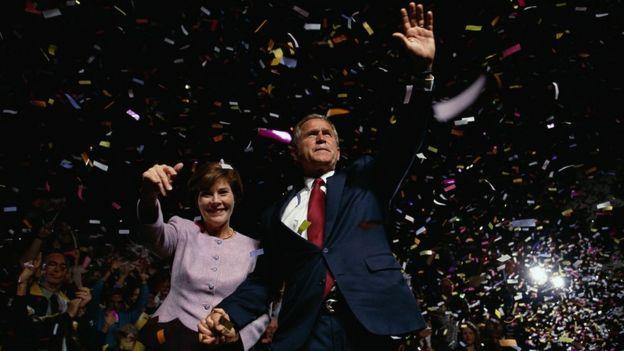 Laura y George Bush en un mitin de campaña en Chattanooga, Tennessee