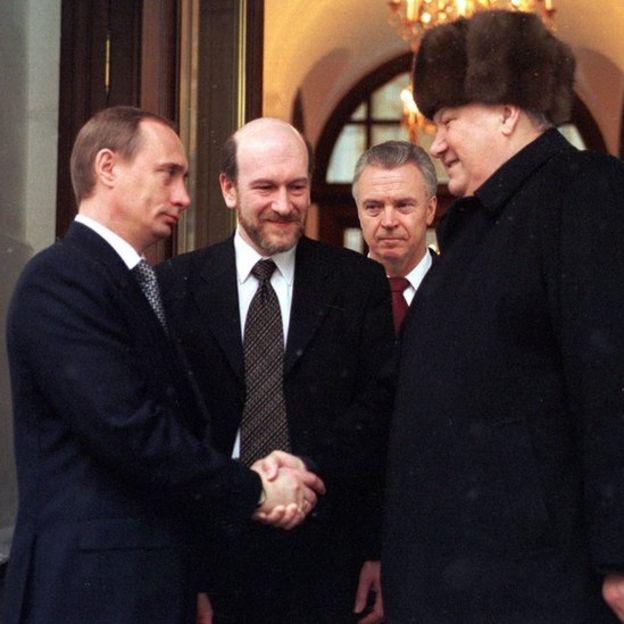 Retiring Russian President Boris Yeltsin shakes hands with Prime Minister and acting President Vladimir Putin.