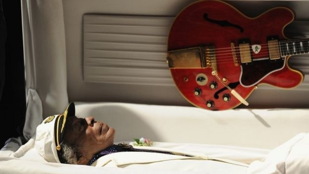 The body of Chuck Berry lies in his casket during a public memorial service for the rock 'n' roll legend at the Pageant Concert Hall and Nightclub (09 April 2017)