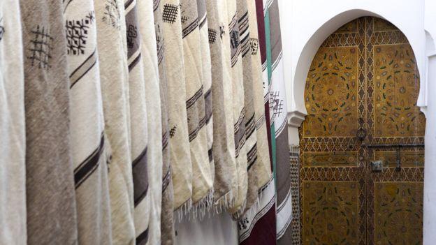 Una puerta en la medina de Fez, Marruecos.