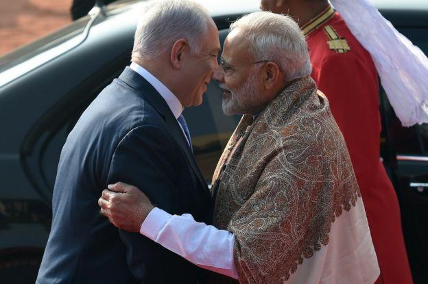 رئيس الوزراء الهندي ناريندرا مودي (يمين) وبينامين نتانياهو (يسار)