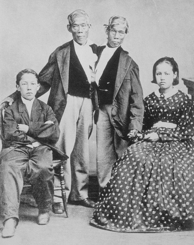 Chang e Eng com dois de seus 21 filhos