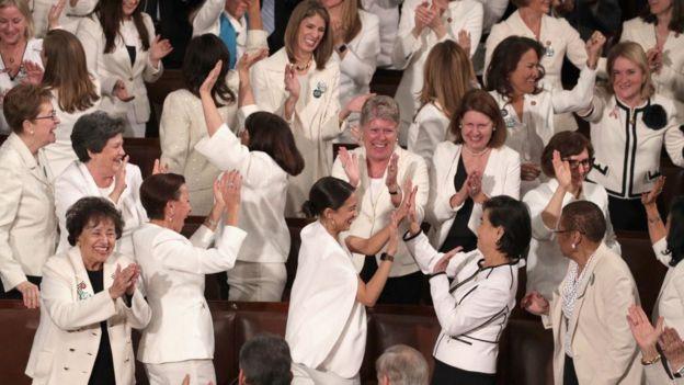 Mujeres demócratas vestidas de blanco.