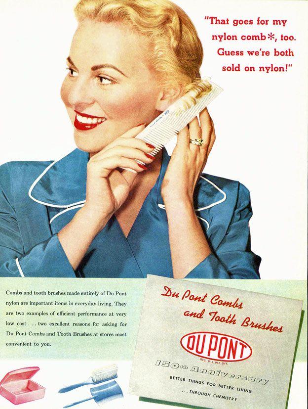 Afiche de una mujer peinándose con una peineta de nylon.