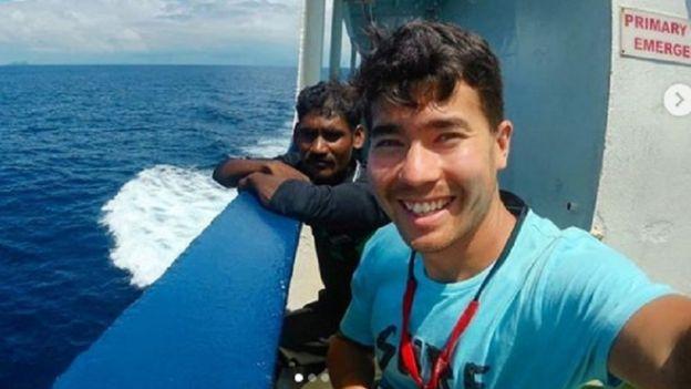 John Allen Chau con un pescador local.