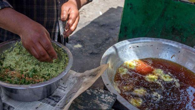 الطعمية المصنوعة من الفول والأعشاب والخضروات الطازجة خضراء من الداخل ومفعمة بالنكهات
