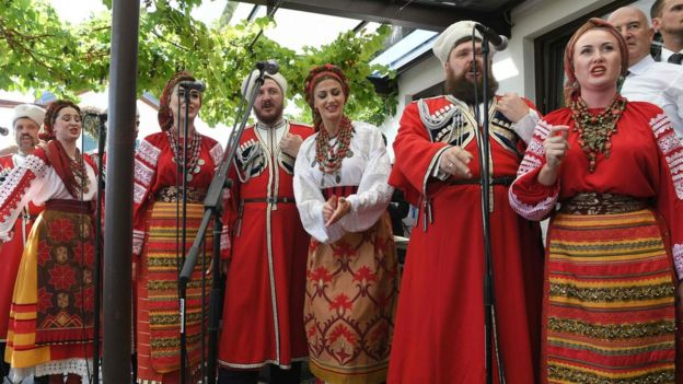 El coro Don Cossack actuó a para los invitados de la boda.