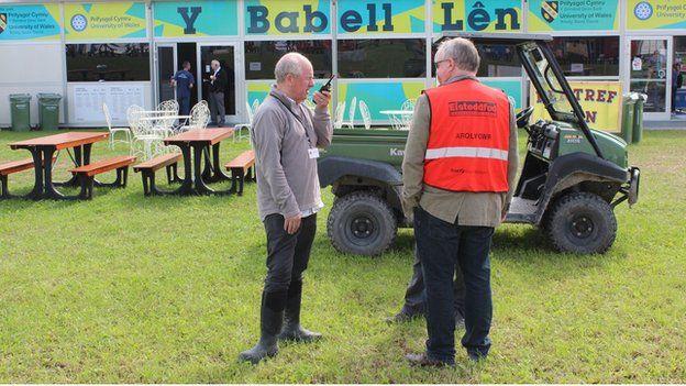 Mae'n rhaid i bob gŵyl gael dynion gyda 'walkie talkies' // Every festival needs men with 'walkie talkies'