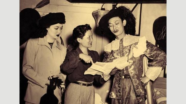 Perempuan sutradara film pertama China, Esther Eng (tengah) menyutradarai Lady from the Blue Lagoon pada 1947.