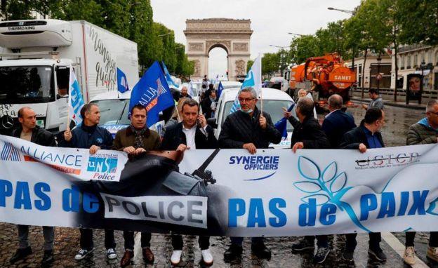 "پلیس پاریس روز جمعه: روی بنری نوشته شده ""نه پلیس نه صلح"""
