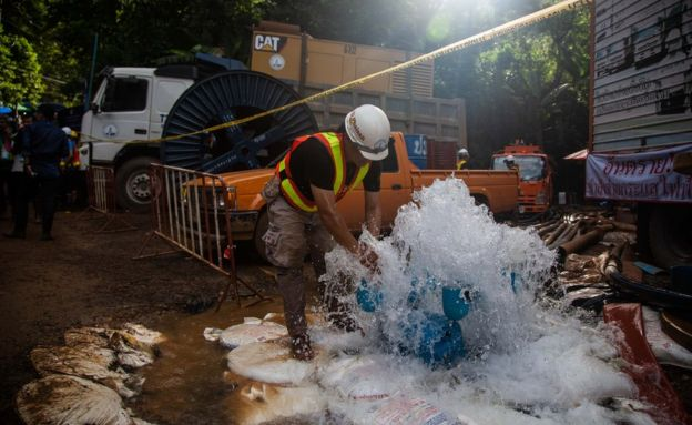 Equipos de rescate extraen agua de la cueva donde un grupo de adolescentes quedó atrapado.