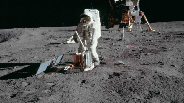 Astronauta hace pruebas en la Luna.