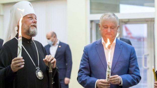Президент Молдови Ігор Додон (праворуч) вважає, що не згадувати у молитвах можна лише політиків, які голосували за рівність ЛГБТ-спільноти