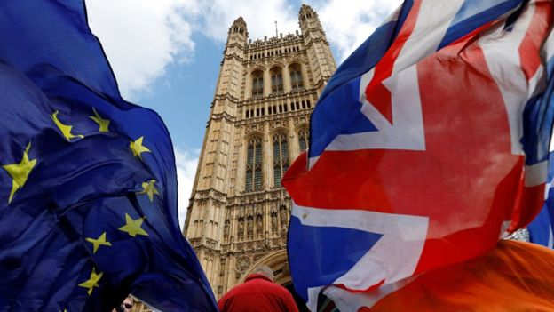 Banderas de Europa y Reino Unido en el Parlamento.