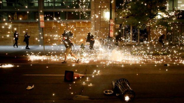 Для разгона демонстрантов в Вашингтоне полиция применяет светошумовые гранаты