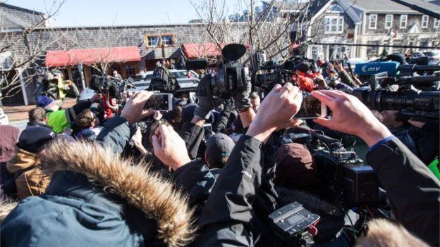 خبرنگاران زیادی منتظر ورود آقای اسپیسی به دادگاه بودند