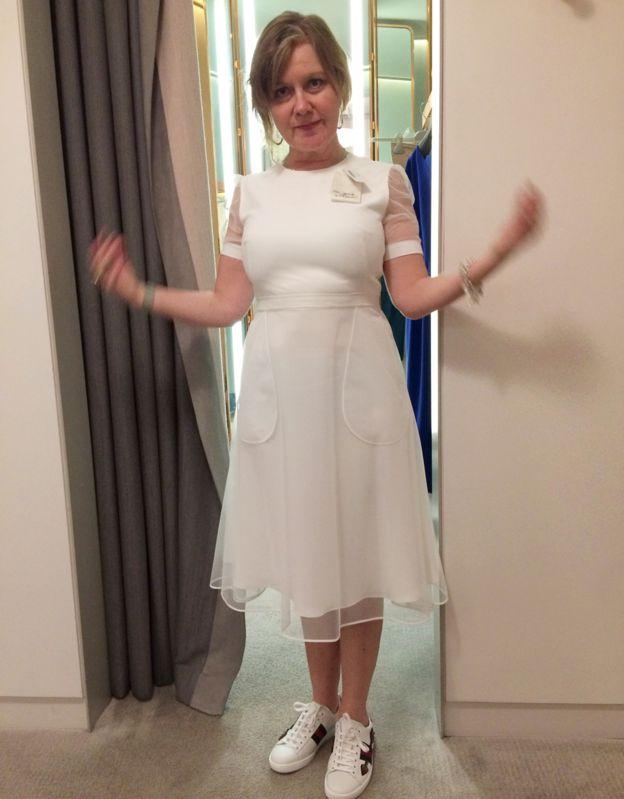 796da332a Sue Elliott-Nicholls disfrutando de un vestido Givenchy (con zapatillas  Gucci).
