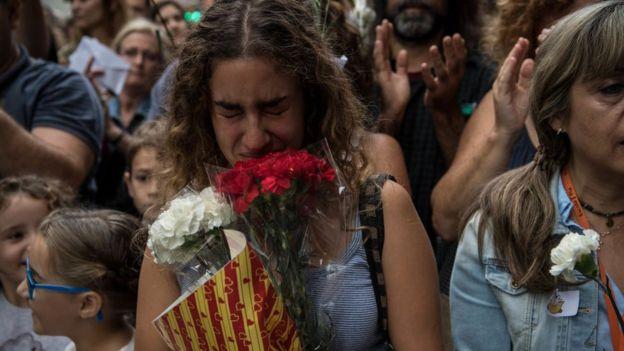 Una mujer llora de emoción durante el referendo por la independencia de Cataluña, declarado ilegal por la justicia española.