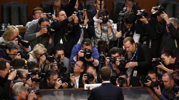 Kongre'de ifade veren Zuckerberg