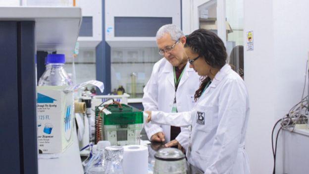 Pedro Ismael da Silva Jr. e Andrea Diaz Roa no laboratório