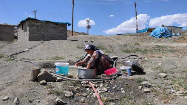 kazanda çamaşır yıkayan kadın