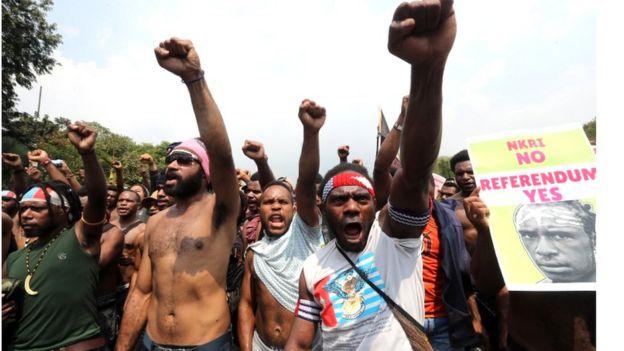 Activistas con los puños en alto exigen un referendo independentista