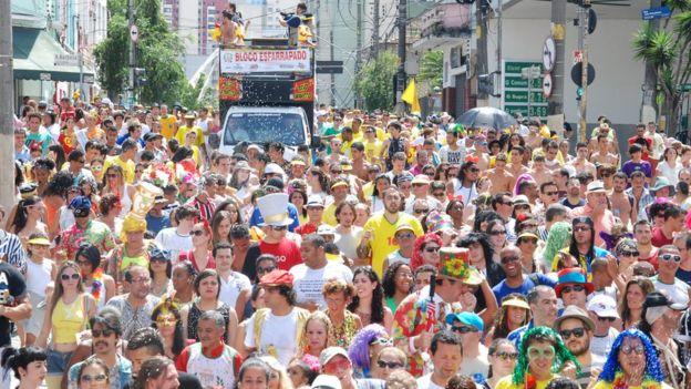Multidão à frente de trio elétrico em São Paulo