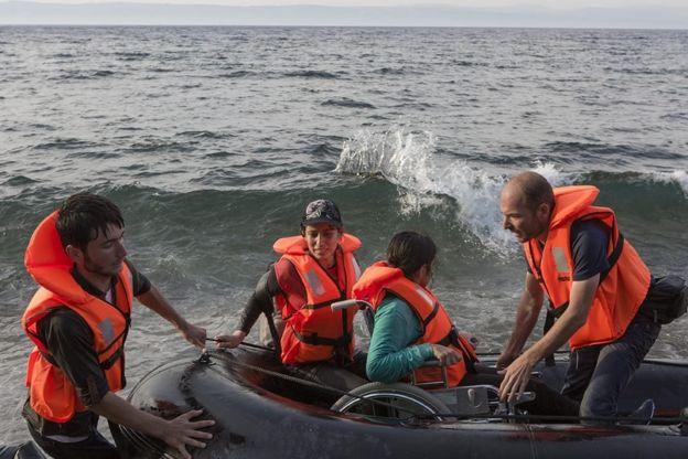 نوجين وأختها نسرين عند وصولهما إلى جزيرة ليسبوس اليونانية