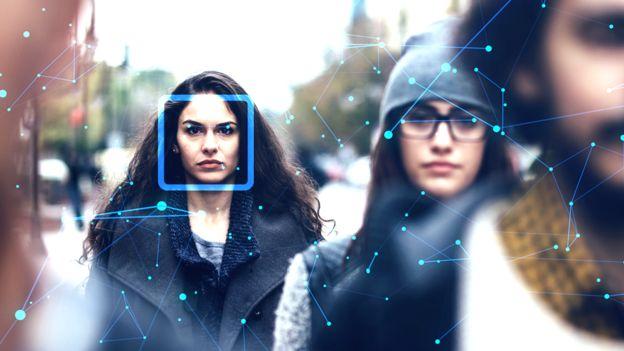 Mujer con dibujos de reconocimiento facial.