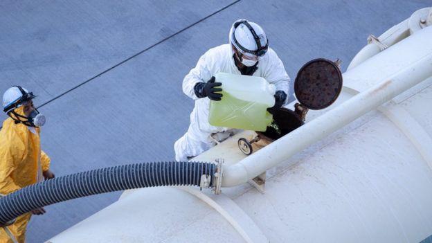 David gemideki atık sular tankerlere boşaltılırken içine dezenfektan eklendiğini söylüyor