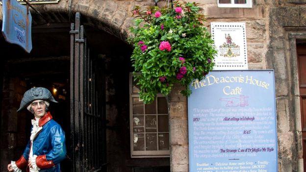 В тупике Бродис-Клоуз неподалеку от эдинбургской Королевской мили (череды улиц в самом центре шотландской столицы) притаился вход в помещение Кельтской ложи Эдинбурга и Лита №291, основанных в 1821 году