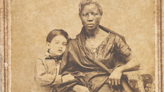 Augusto Gomes Leal com sua ama de leite Mônica, albúmen de João Ferreira Villela, de 1860 (Foto: Acervo Fundação Joaquim Nabuco/Min. da Educação)