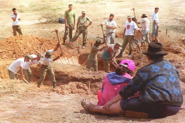 Soldados cavan una de las fosas