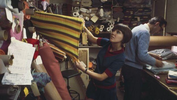 Мэри Куант выбирает ткани
