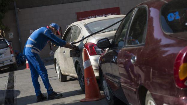 مصر تستبق تقليل دعم الوقود بعلاوات لموظفي الحكومة