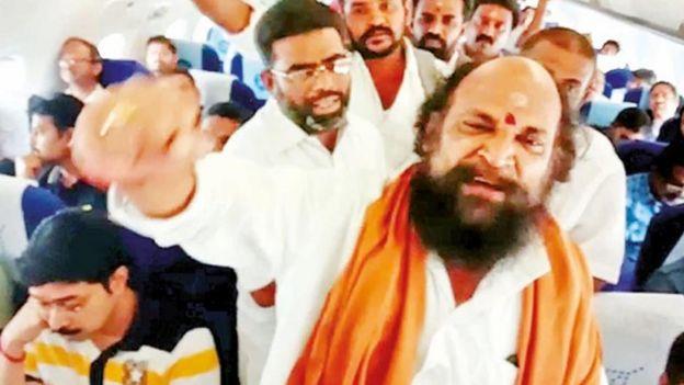 'கொடி... கோஷம்: நடுவானில் விமானத்துக்குள் ஆர்ப்பாட்டம்'