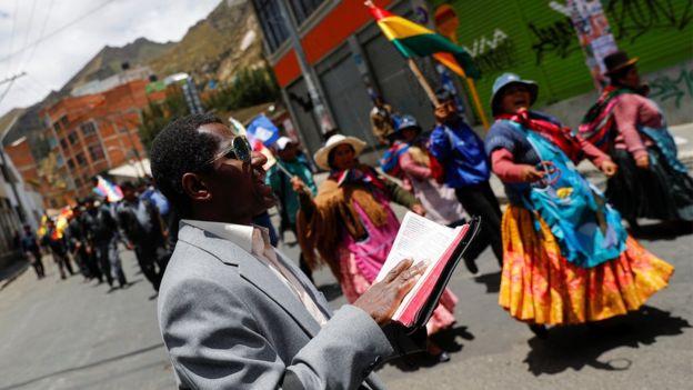 Pastor lê Bíblia durante protesto na Bolívia