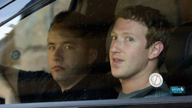 Houston y Zuckerberg en un coche