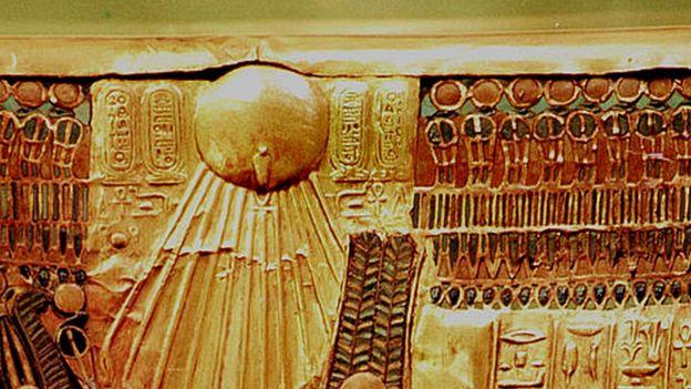 O sol no trono de Tutancâmon, que talvez tenha sido refeito para Aquenatón